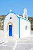Santorini, Grecia: iglesia blanca y azul típica tradicional Imagen de archivo