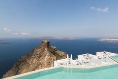 SANTORINI, GRECIA - MAGGIO 2018: Vista dal villaggio di Imerovigli sopra il mar Egeo, roccia di Skaros e caldera del vulcano con  immagine stock