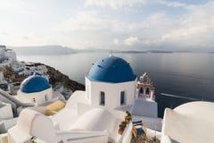 SANTORINI, GRECIA - MAYO DE 2018: Iglesia azul ortodoxa griega tradicional de la bóveda en un día de verano soleado Islas de Cícl Foto de archivo