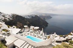SANTORINI, GRECIA - MAYO DE 2018: Visión sobre el Mar Egeo, el pueblo de Firostefani y la caldera del volcán con el hotel de lujo foto de archivo