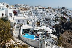 Santorini, Grecia - 18 settembre 2016: Vista del villaggio di Imerovigli con le case greche bianche tipiche sull'isola di Santori Fotografia Stock