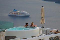 Santorini, Grecja Wrzesień 21 2018, turyści relaksuje w barze, pije zmierzch i podziwia fotografia stock