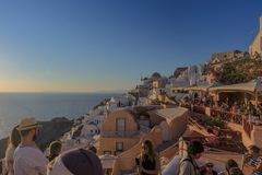SANTORINI/GREECE 2017年9月06日-游人在mo看日落 库存照片