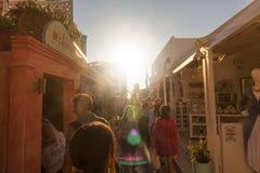 SANTORINI/GREECE 2017年9月06日-走在街道上的人们  免版税库存图片