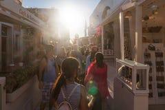 SANTORINI/GREECE 2017年9月06日-走在街道上的人们  免版税库存照片