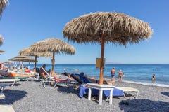 SANTORINI/GREECE 5 de septiembre - playa de Kamari en Santorini, Grecia fotografía de archivo
