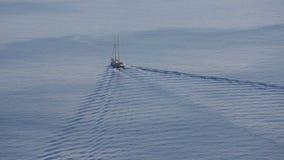 santorini greece Rocznika żeglowania statek żegluje przez Santorini kaldery przy zmierzchem zbiory wideo