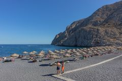 SANTORINI/GREECE 05 SEPTEMBER - Kamari strand i Santorini, Grekland royaltyfria foton