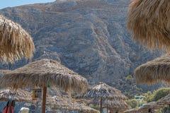 SANTORINI/GREECE 5 settembre - spiaggia di Kamari in Santorini, Grecia fotografia stock