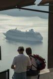 SANTORINI/GREECE - Tourists looking at Cruise Royalty Free Stock Photos