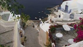 Santorini grekiska öar som ner panorerar in mot havet arkivfilmer