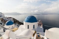 SANTORINI GREKLAND - MAJ 2018: Traditionell grekisk ortodox blå kupolkyrka på en solig sommardag Cyclades öar, Grekland Arkivfoto