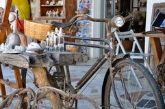 SANTORINI GREKLAND - SEPTEMBER 14, 2013: Souvenir shoppar och den gamla retro cykeln i den Oia santorinien Grekland Arkivbild