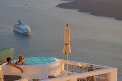 Santorini Grekland, September 21 2018, turister som kopplar av i en stång som dricker och beundrar solnedgången arkivfoton