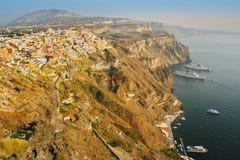 Santorini Grekland: solnedgångsikt av Fira över vulkanklipporna Royaltyfria Bilder