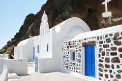 Santorini Grekland: traditionell typisk vit- och blåttkyrka Arkivfoto