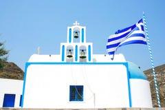 Santorini Grekland: traditionell typisk vit- och blåttkyrka Arkivfoton
