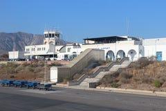 Santorini, Griechenland am 9. Juli 2018 allgemeine Ansicht des internationalen Flughafens Santorini vom Flughafenschutzblech stockfoto