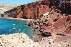 SANTORINI, GRIECHENLAND - 21. JULI 2018: Roter Strand in der Vulkaninsel von Santorini, Griechenland lizenzfreies stockfoto