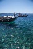 SANTORINI/GRIECHENLAND - 3. JULI 2012: Vergnügungsdampfer auf dem Meer. Lizenzfreies Stockfoto