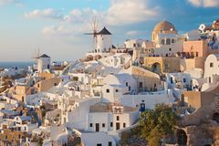 SANTORINI, GRIECHENLAND - 4. OKTOBER 2015: Der Blick zum Teil von Oia mit den Windmühlen im Abendlicht Lizenzfreie Stockfotos