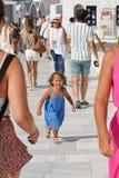 Santorini, Griechenland am 20. September 2018 wenige blonde Mädchenschreie, weil sie nicht ihre Eltern in Oia sieht stockfotos