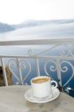 Santorini griego de la opinión de la isla del café de Coffe Imagenes de archivo