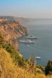 Santorini, Griekenland: mening van Fira-klippen en de vulkaancaldera Stock Fotografie