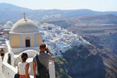 Santorini, Griekenland, 21 September 2018, toeristen neemt foto's stock afbeeldingen