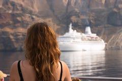 Santorini, Griekenland, vrouw en wit schip Stock Afbeelding