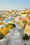 Santorini, Griekenland: zonsondergangmening van Fira het kapitaal Stock Afbeeldingen