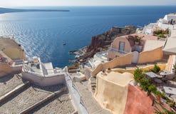 Santorini - guardi dalla città giù per harbor Amoudi a OIA Fotografia Stock Libera da Diritti