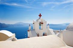 Santorini - het detail van typisch weinig kerk in Oia Stock Foto