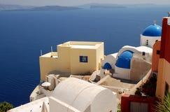 Santorini hus och kyrka Arkivfoton