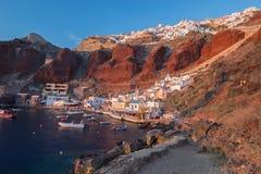 Santorini - il porto di OIA alla luce di sera Fotografia Stock Libera da Diritti