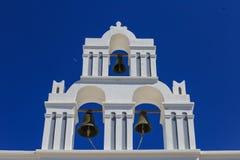 Santorini-Insel in Griechenland - Belfry der klassischen Kirche Stockfotos