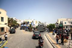 Santorini-Insel, Griechenland - 20. Mai 2013: Kreuzung mit Verkehr und Leuten stockbilder