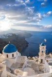 Santorini-Insel mit Kirche gegen Sonnenaufgang in Griechenland Stockbild