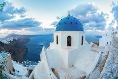 Santorini-Insel mit Kirche gegen Sonnenaufgang in Griechenland Stockfotos