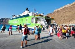 SANTORINI- 28 JUILLET : Conseil de touristes sur le ferry le 28 juillet 2014 sur le port de Thira Santorini, Grèce Images stock