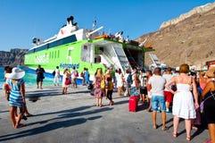 28 santorini-JULI: De groep toeristen verlaat Santorini op 28 Juli, 2014 van de haven van Thira Santorini, Griekenland Royalty-vrije Stock Afbeeldingen