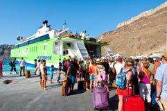 28 santorini-JULI: De mensen verlaten Santorini op 28 Juli, 2014 van de haven van Thira Santorini, Griekenland Stock Foto