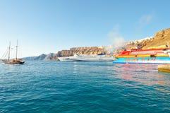 SANTORINI-, 28. JULI: Ferrys kommen zum Hafen von Thira am 28. Juli 2014 auf der Insel Santorini (Thera), Griechenland an Lizenzfreie Stockbilder