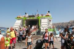 SANTORINI-JULY 28 :亦称游人在锡拉2014年7月28日的圣托里尼港到达在希腊 库存图片