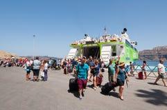 SANTORINI-JULY 28 :游人在锡拉或圣托里尼港到达2014年7月28日在希腊 免版税库存图片