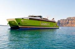 SANTORINI-JULY 28 :轮渡到达对锡拉港2014年7月28日,圣托里尼海岛,希腊的 库存图片