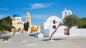 Santorini - kerk Agios Georgios en weinig kapel in Oia Stock Foto's