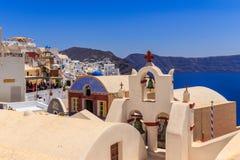 Santorini-Kirche bei Oi Stockfotos
