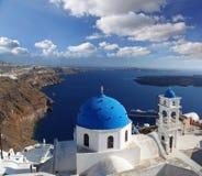 Santorini-Kirchen in Fira, Griechenland Stockfoto