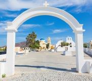 Santorini kościelni ażio Georgios i mała kaplica w Oia - obraz stock
